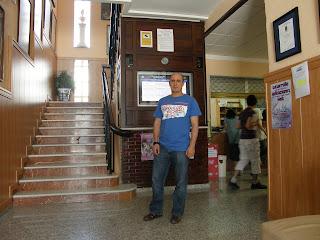 Javier jefe del proyecto SIIM y profesor del centro frente al monitor principal del proyecto SIIM