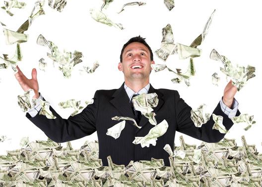 OPERATING MARGIN: uomo immerso nelle banconote le lancia in aria!