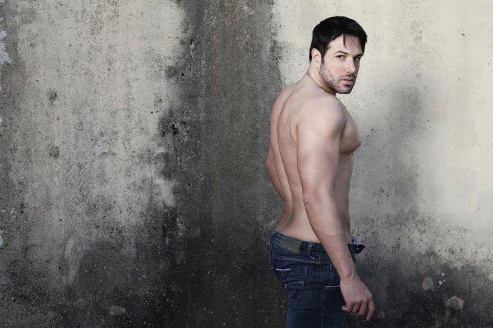 Ralph Santos sem camisa em ensaio sensual