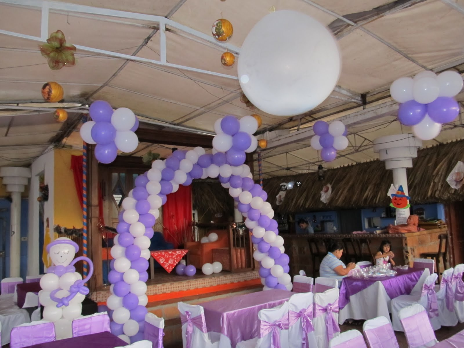 Decoracion angeles con globos primera comunion for Decoracion techos infantiles