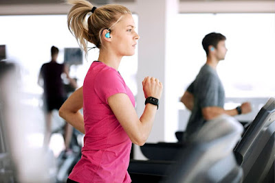 Girl at the treadmill wearing a TomTom Spark GPS fitness watch.