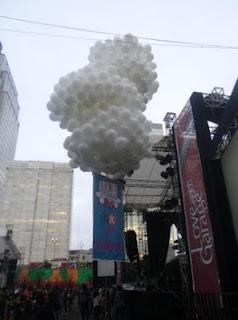 balon pelepasan dengan spanduk
