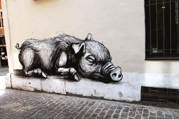 aliciasivert, alicia sivertsson, street art, graffiti, gatukonst, klotter, tags, bussels, bruxelles, bryssel, stencil, schablon, hus, building, gris, grisar, pig, pigs, hogs, vildsvin, roa