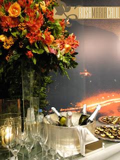 champanhe, canapés, arranjo floral alto, plotagem paisagem
