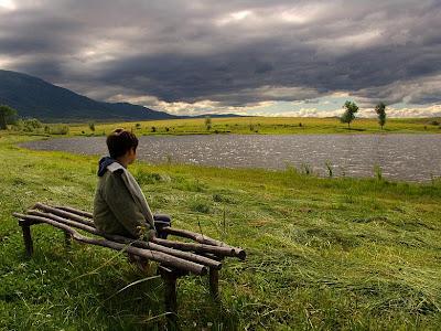 Niño junto al lago