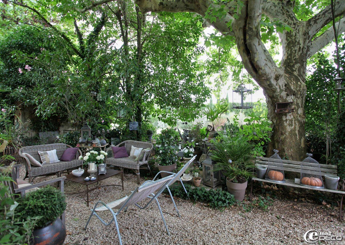 Le jardin d'Elsa Peyremorte équipé avec du mobilier de jardin en rotin associé à des chaises longues chinées.