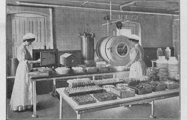 enfermeras en la sala de esterilización, 1917
