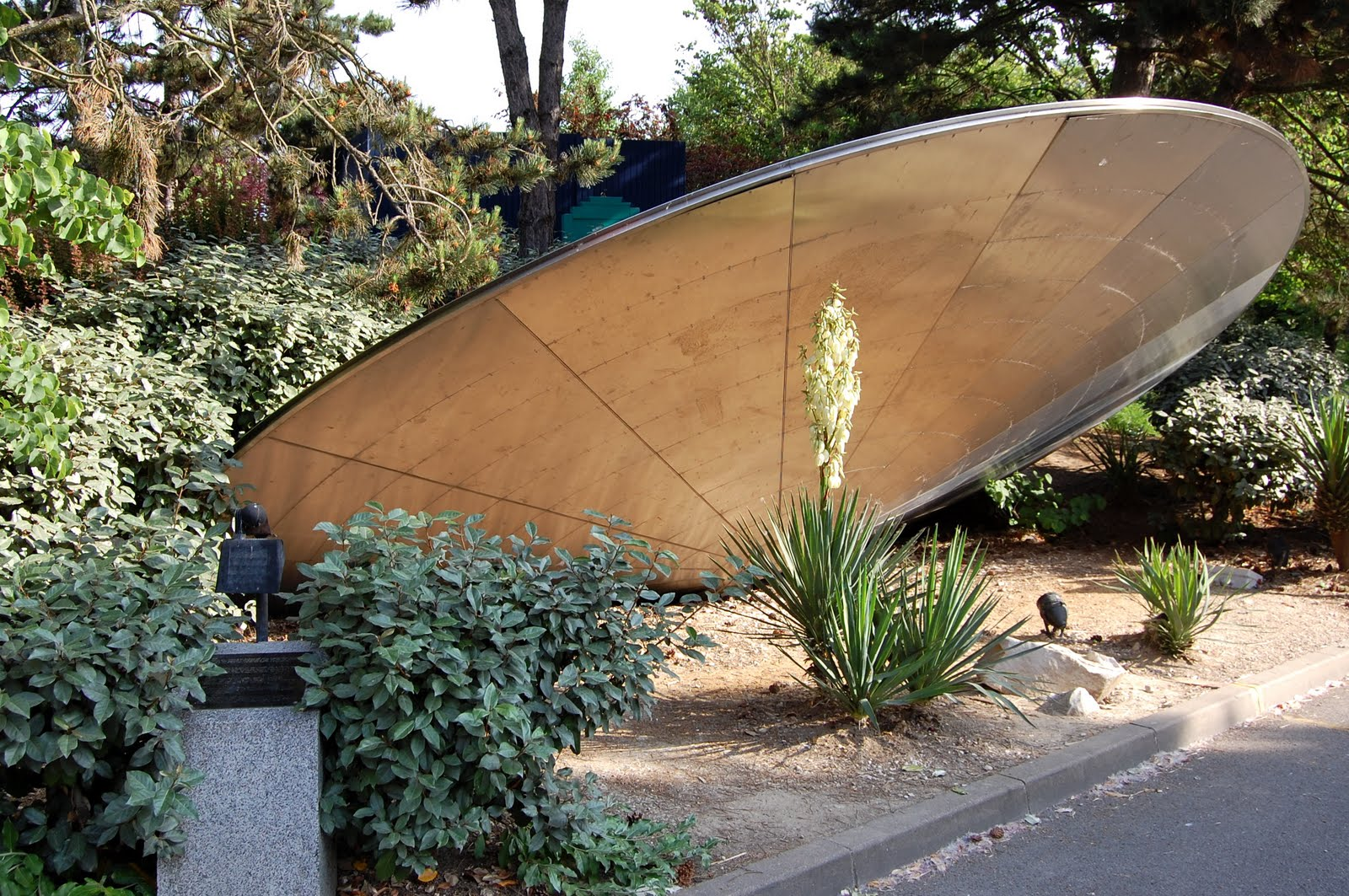alien crash landing sci fi garden pinterest. Black Bedroom Furniture Sets. Home Design Ideas