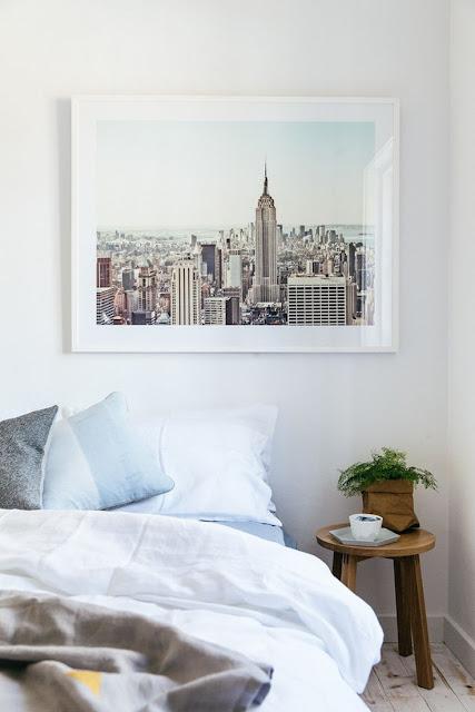 stort foto kunst i det lyse soveværelse