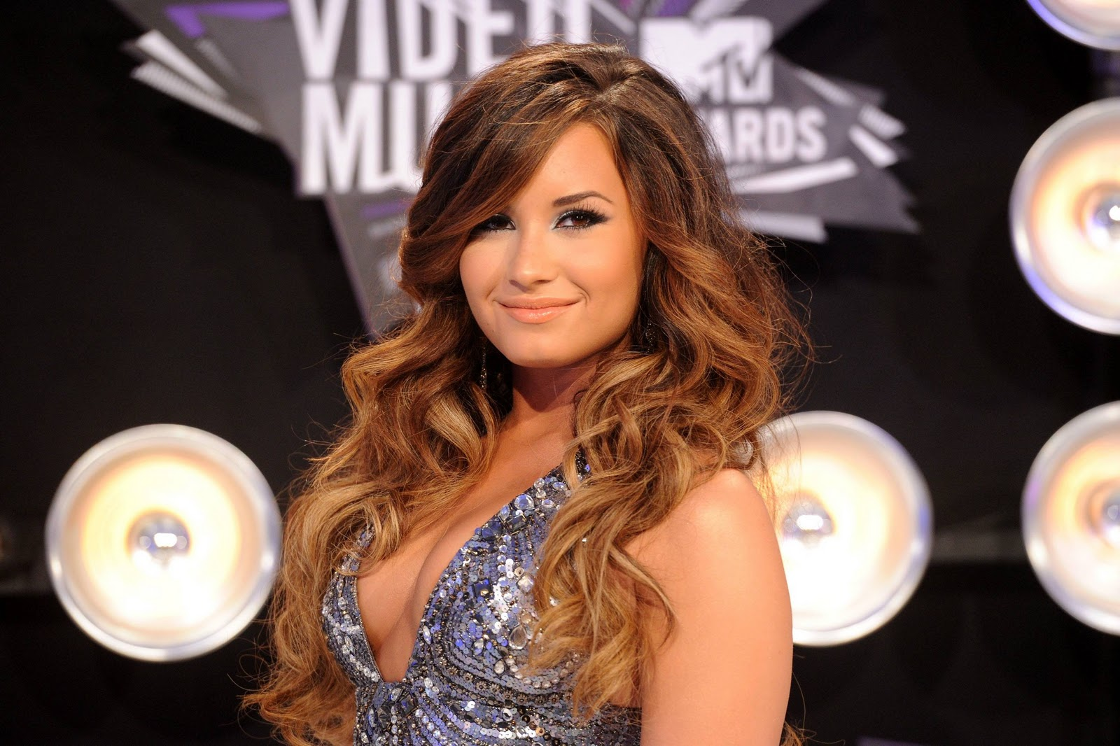 http://2.bp.blogspot.com/-2j0dphYcOYo/Tr5oC5j0MJI/AAAAAAAADWs/UG_Gtv8qVA8/s1600/Demi+Lovato+Hairstyle+Color2011.jpg
