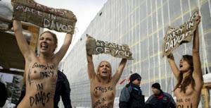Ucranianas de Femen protestan en Davos contra la pobreza.