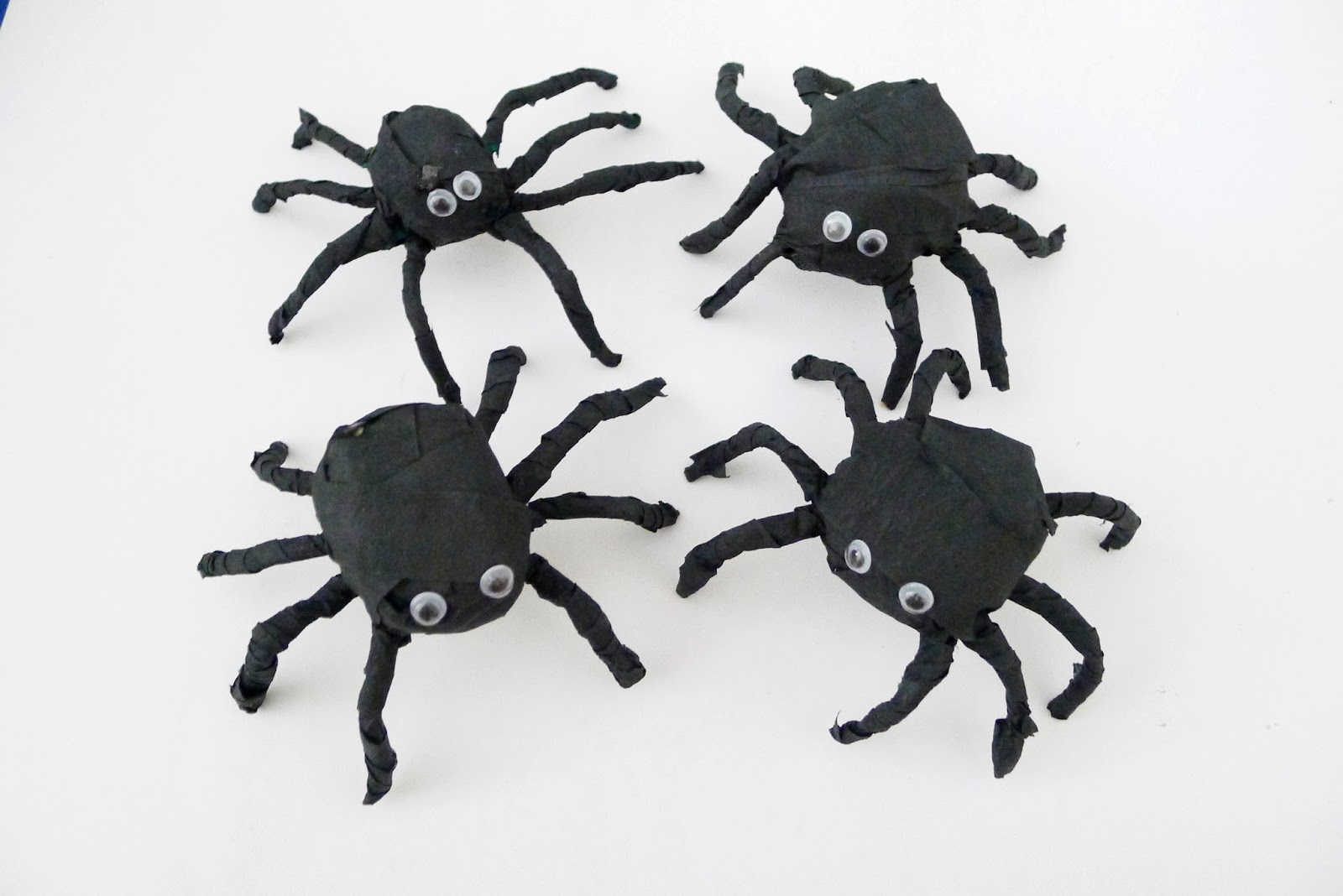 you can hang these spiders - Halloween Spiders