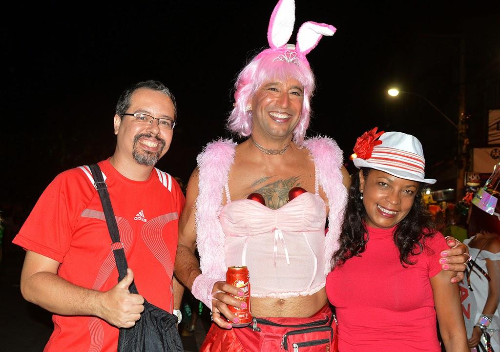 Mario Jorge Aranha, do Bloco Piranhas da Serra, com os amigos Sheyla Bacelar e Marcelo Gonçalves, prestigia o Bebe Rindo