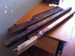 Pedaços de madeira usados em assassinato em Taquarituba, SP (Foto: Luis Corvini / TV TEM)
