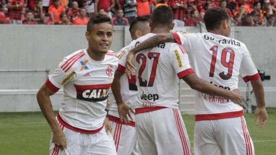 Flamenguistas comemoram o gol do meia Everton que garantiu a vitória em Pernambuco