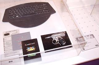 Documentación original de Los hombres de negro y réplicas del teclado alienígena y de la pistola grifo