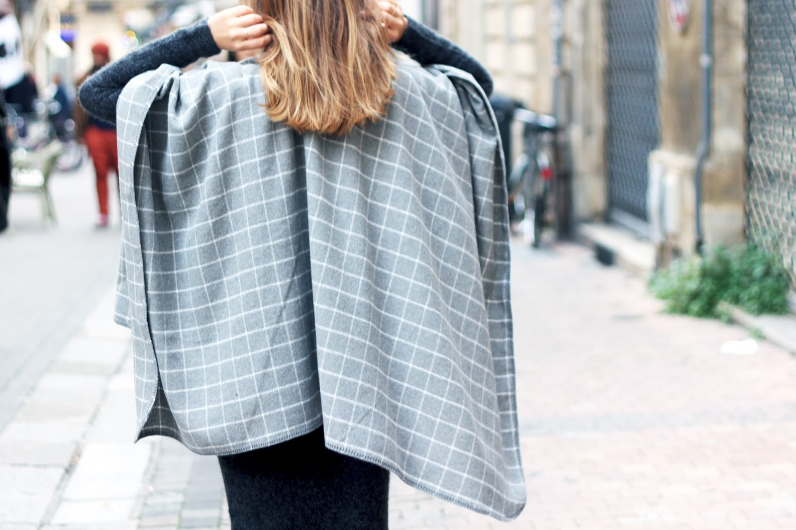 Poncho gris carreaux blancs