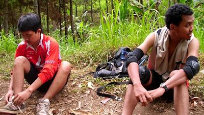 Keluar dari area hutan pinus kedua, kami menyiapkan protektor untuk Light Downhill hingga kawasan Coban Rondo.
