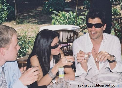 На фото: Сакис Рувас и Руслана пьют водку