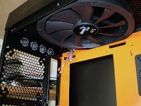 Vista interior en detalle de la parte superior y ventilador superior del chasis de PC Xpredator de Aerocool. Tecnoculturas.com/José Carlos Pedrouzo Varela