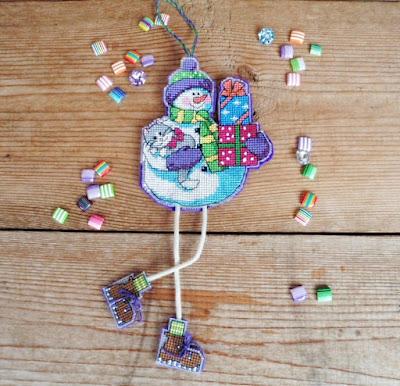 вышитый крестиком на пластиковой канве снеговик - игрушка на елку