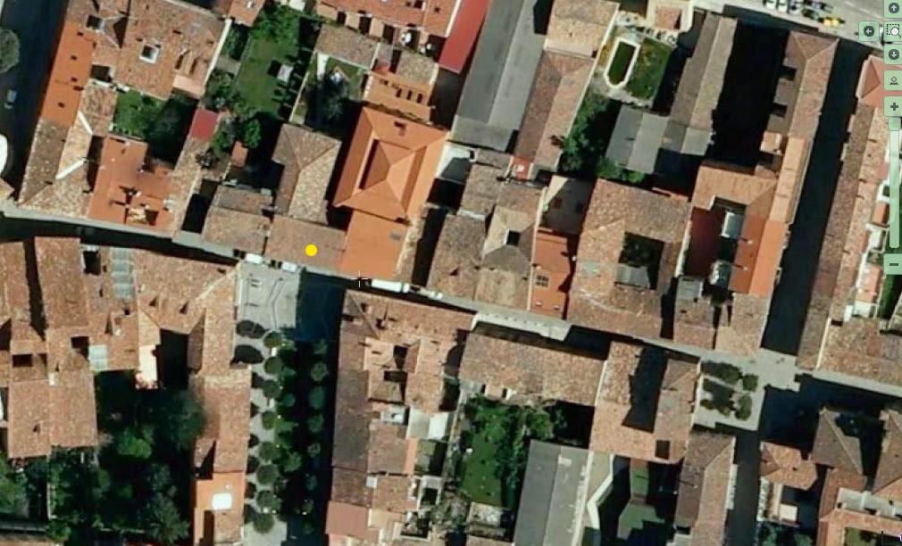 para documentar su falsa fachada con forma de dos casas populares una sin entrada y la otra no s he tenido que acudir a google earth pues cuando pas por