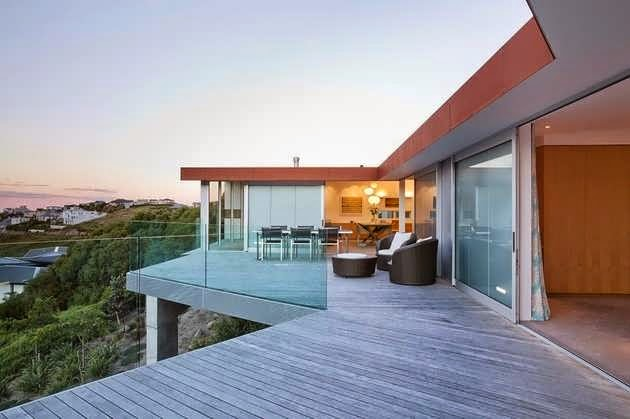 New zealand redcliffs house design with 2 levels and pool for Pool design new zealand