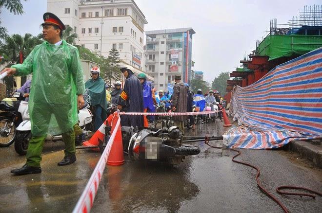 Rơi bó thép ở đường Nguyễn Trãi