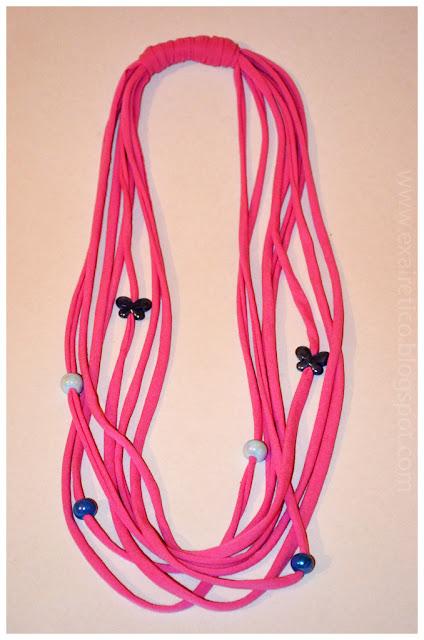 Ροζ υφασμάτινο κολιέ με κεραμικές χάντρες και πεταλούδες