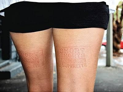 Publicidad en piernas de mujeres - Ejemplo de marketing de guerrilla
