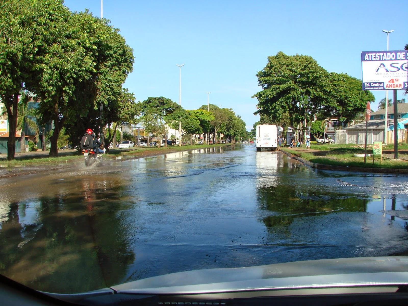 As águas vão rolar até quando? Cano da Caesb estoura e inunda avenida importante do Gama