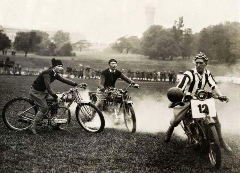 Partido de fútbol en motocicletas