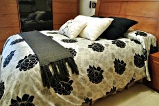 quarto de casal com jogo cama preto e branco