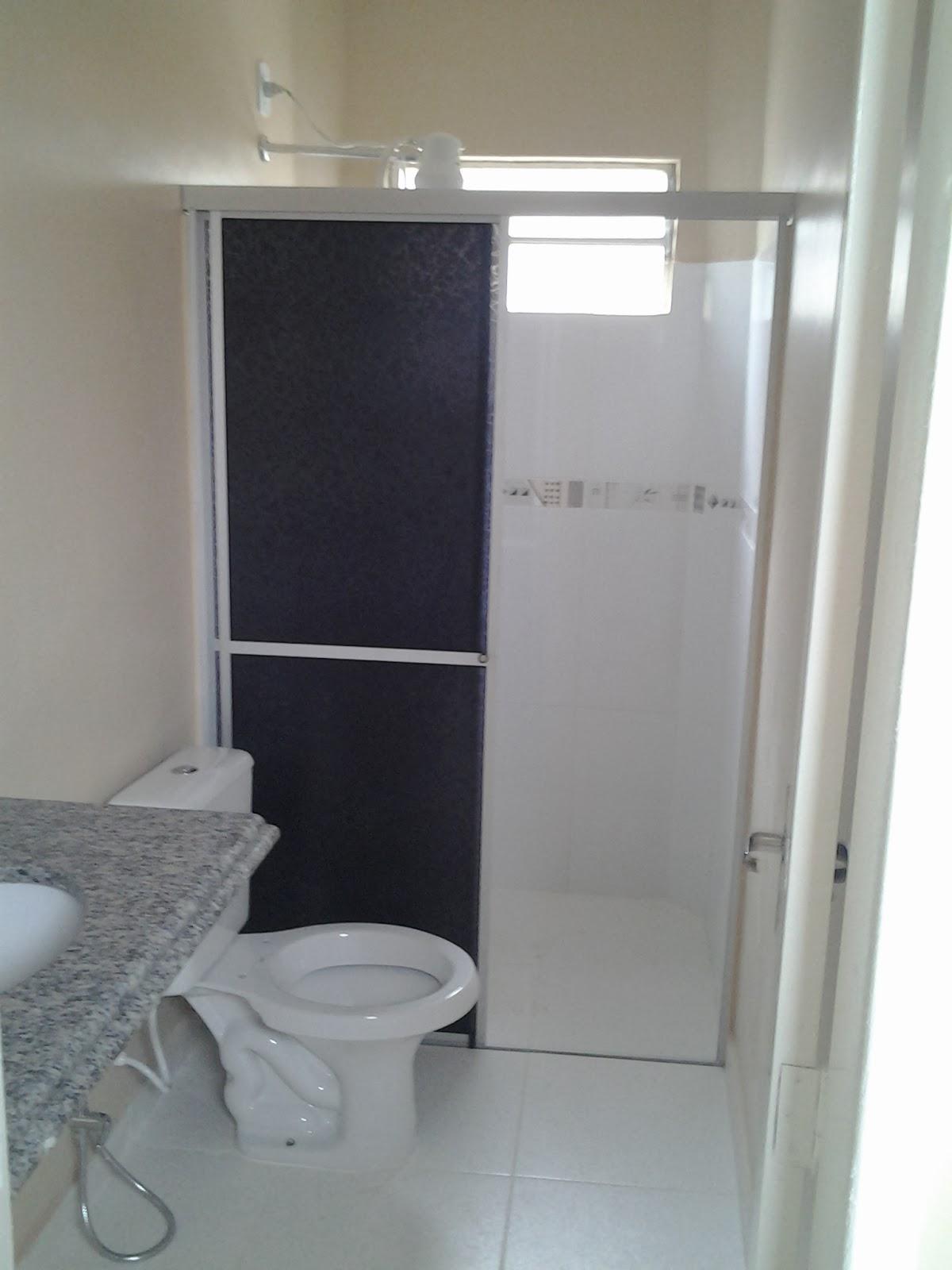 Imagens de #4B4C5C Banheiro com bancada de granito vaso sanitário com caixa de descarga  1200x1600 px 3250 Box Acrilico Para Banheiro Feira De Santana