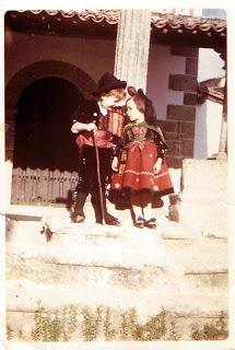 Niños de Choricero y Candelaria en el crucero de la Ermita de Candelario Salamanca