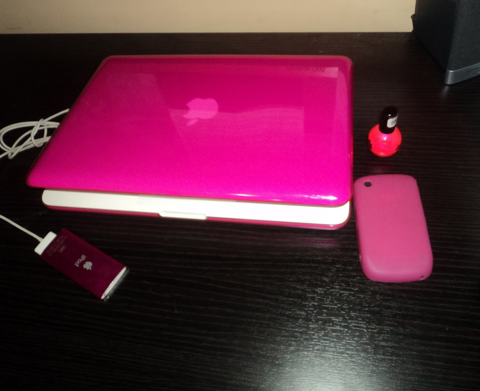 http://2.bp.blogspot.com/-2nIHuBX-0v4/Tb94ilFaagI/AAAAAAAAAIw/WsmUMpLIM-Y/s1600/Pink+accessories.jpg