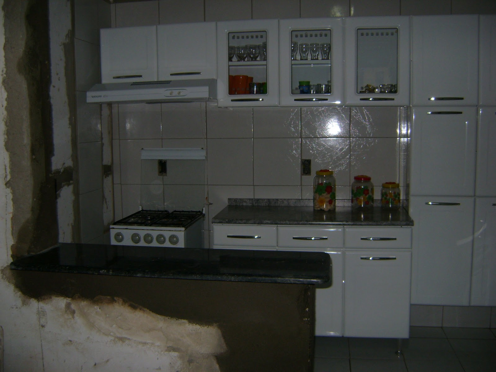posto a pedra no balcão que faz a divisão entre a cozinha e a sala #555B76 1600 1200