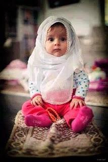 Foto bayi lucu cute berjilbab di atas sajadah