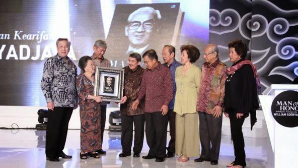 Jusuf Kalla dengan keluarga Besar Soerdjadjaja