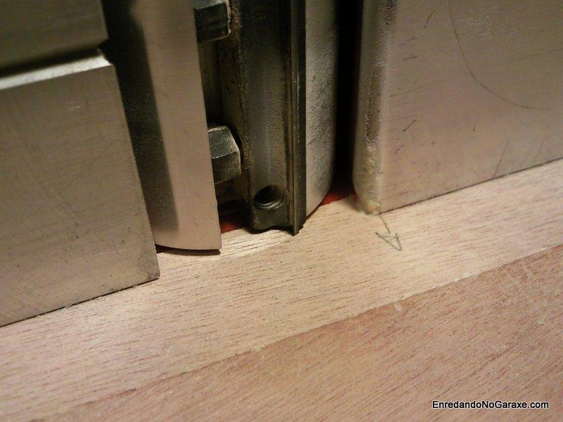 Cuchillas del cepillo eléctrico en contacto con el tablero, enredandonogaraxe.com