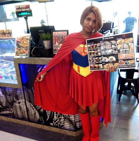 NAK MAKAN SAMBIL DITEMANI BATMAN DAN SUPERMAN TAK??