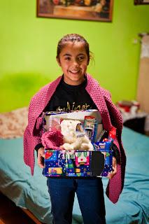 """Nela (12) mit ihrem Geschenk von """"Weihnachten im Schuhkarton"""""""