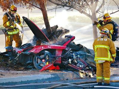 Pemadam kebakaran sedang memadamkan api yang membakar mobil tsb.