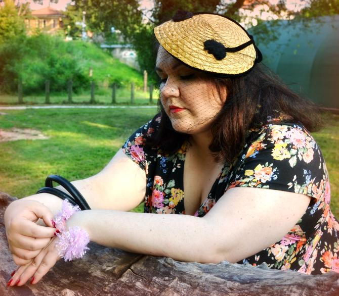 outfit plus size retrò con mix di stampe e cappellino vintage