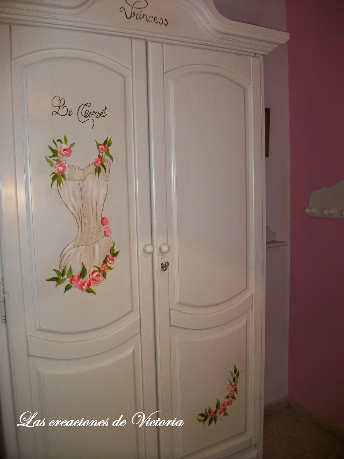 Las creaciones de Victoria.Pintar dosel. Redecorar muebles de madera.Pintura alzada corset.