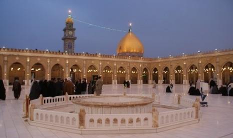 Masjid  Agung Al-Kufah di Kufah, Irak..