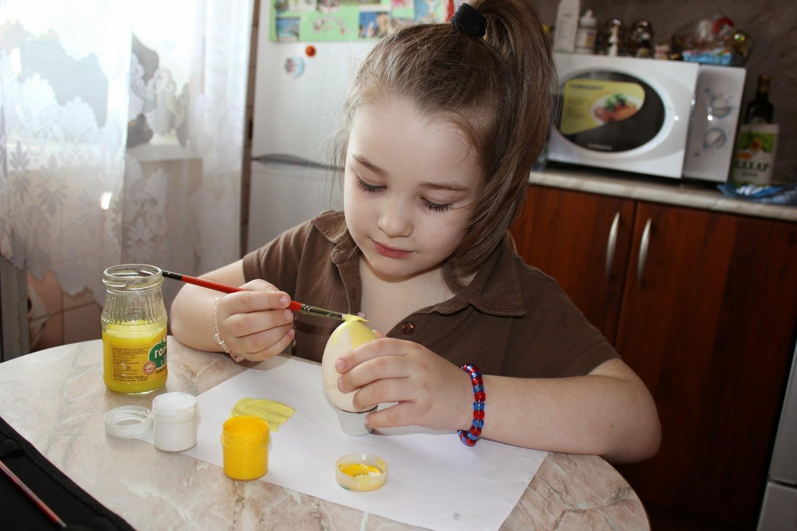 пасхальные яйца руками ребенка
