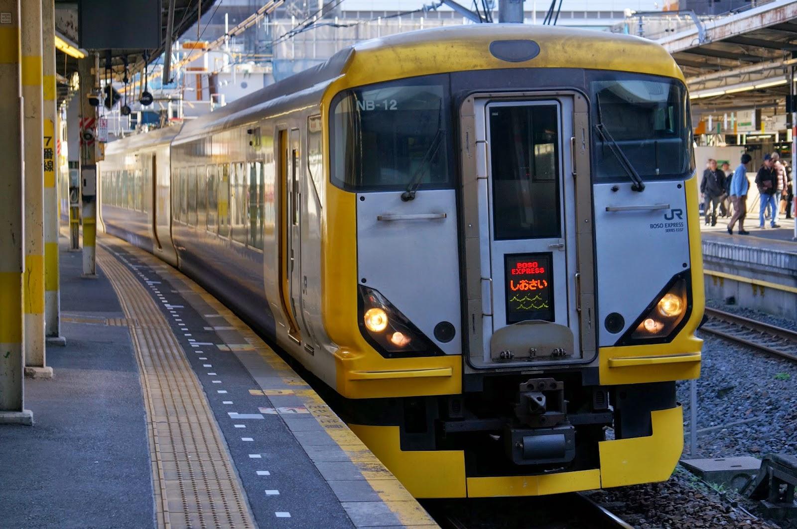 千葉駅を発車するE257系特急しおさい