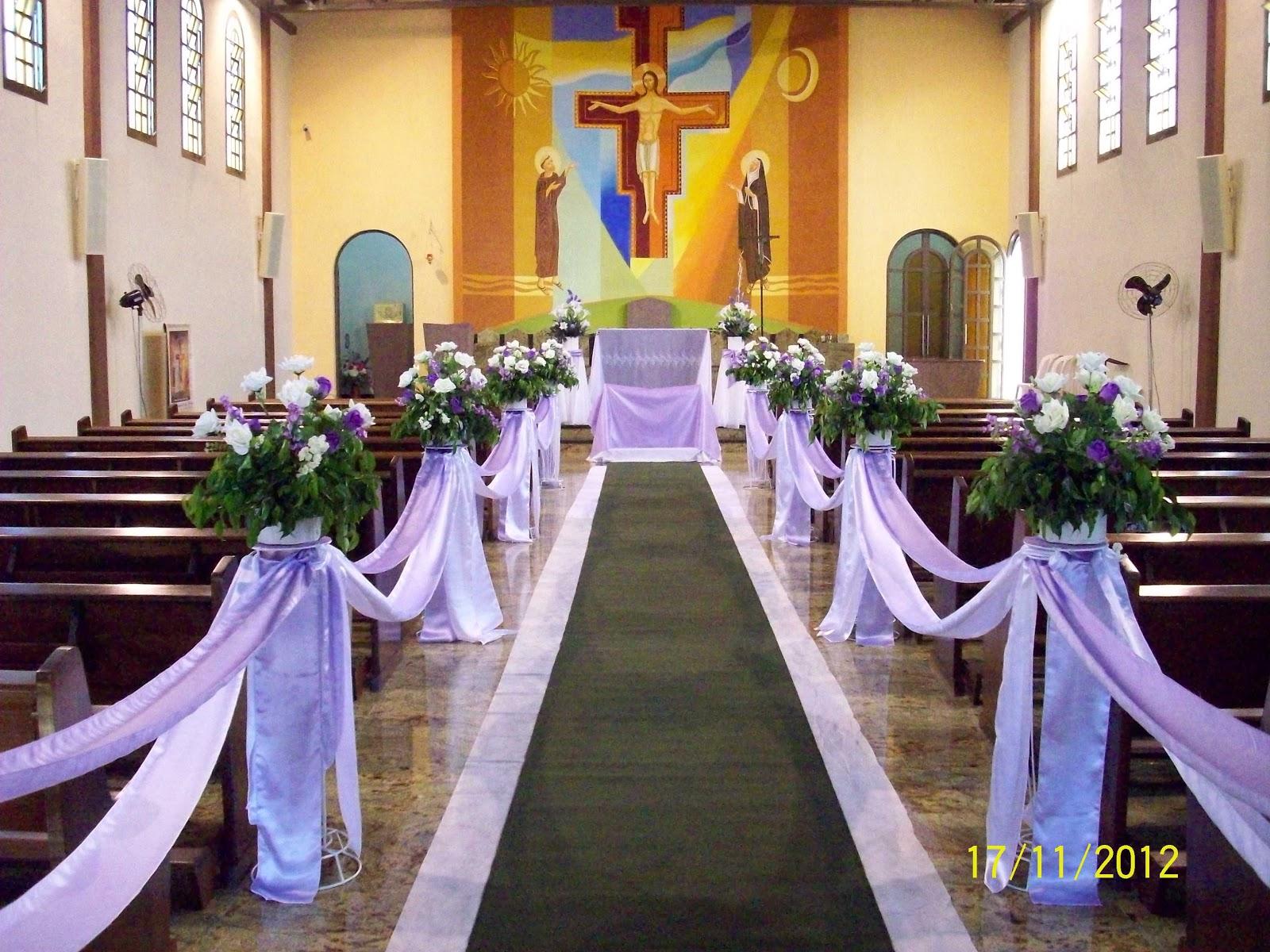 Decoração de corredor de igreja em lilás com flores artificiais