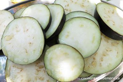 Berenjenas cortadas y saladas después de reposar